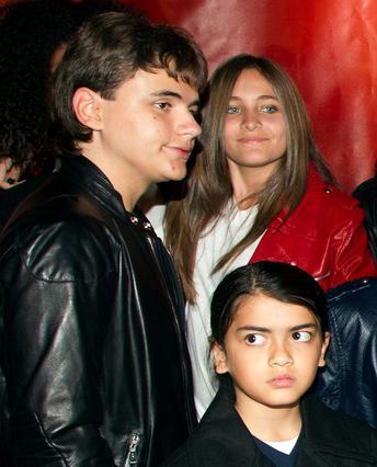 Τα τρία παιδιά του Μάικλ Τζάκσον, Πρινς, Πάρις και Μπλάνκετ, περιμένουν απαντήσεις σχετικά με το πως πέθανε ο πατέρας τους.