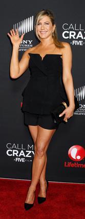 Χαρούμενη και κομψότατη όπως πάντα εμφανίστηκε η Τζένιφερ Άνιστον στην πρεμιέρα της ταινίας της. Μήπως όμως δεν θα έπρεπε να φορέσει στράπλες φόρεμα;