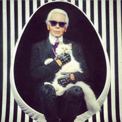 <p>Ο Karl Lagerfeld αγκαλιά με την αγαπημένη του Choupette</p>