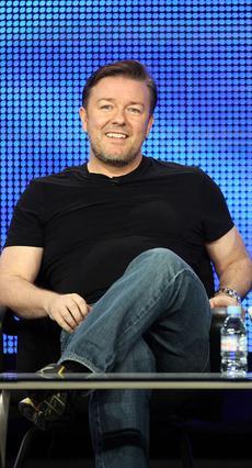 Ο κωμικός Ρίκι Τζερβέις,  ένας από τους παρουσιαστές του σόου  The Marriage Ref .