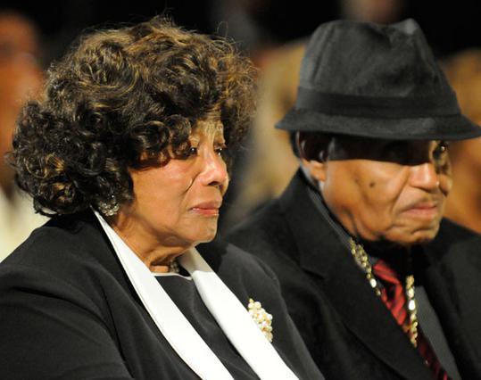 Απαρηγόρητοι οι γονείς του Μάικλ Τζάκσον στο μνημόσυνό του,  τον περασμένο Σεπτέμβριο.