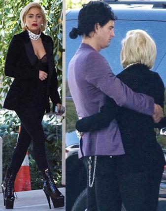 Όσο πιο κοντά στο φυσικό της λουκ  εμφανίστηκε η Lady Gaga στην  κηδεία του παππού της και όταν  κάποια στιγμή λύγισε, βρήκε  παρηγοριά στην αγκαλιά του  αγαπημένου της, Λουκ Καρλ.