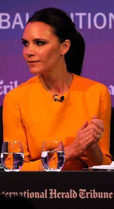 Αν φαίνεται λίγο πορτοκαλί, λέει η Βικτόρια, στις φωτογραφίες,  δεν είναι από το σολάριουμ.  Αυτό το έκοψε! Ο ήλιος είναι η αιτία!