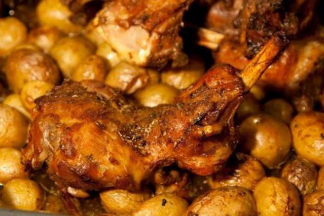Τραγανό αρνάκι με πατάτες αλά Pandespani