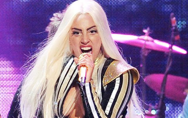 Σε αναπηρική καρέκλα η Lady Gaga