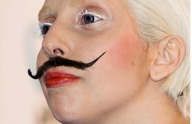 Gaga μουστακαλού κι όποιος αντέξει