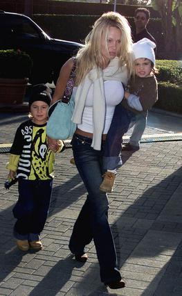 Η Πάμελα το 2001 με τους δύο  γιους της, Μπράντον και Ντύλαν, 4 και 3 χρονών αντίστοιχα, τότε.