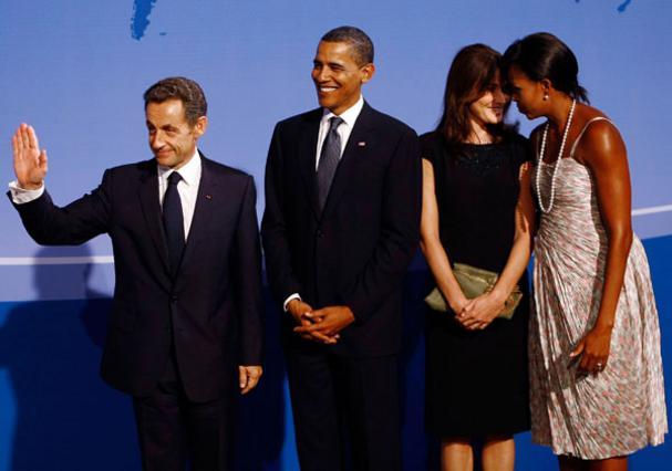 Επίσημη συνάντηση των Ομπάμα  με τους Σαρκοζί στις ΗΠΑ: οι άντρες εργάζονται ενώ οι γυναίκες έχουν στήσει ψιλή κουβέντα.  Τι να λένε άραγε;