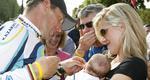 Ο Λανς Άρμστρονγκ παρουσίασε τον νεογέννητο γιο του