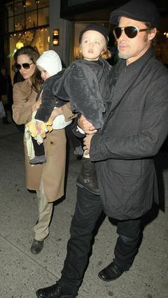Ο Μπραντ με τον Νοξ στην αγκαλιά του και η Αντζελίνα με τη Βιβιέν πήγαν  μαζί στο αγαπημένο τους κατάστημα  στο Μανχάταν, για ψώνια.