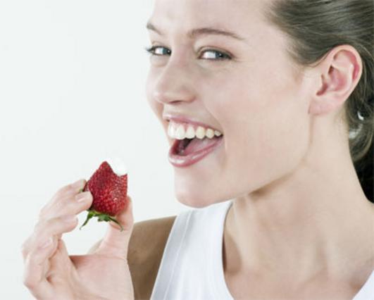 Λαμπερή με τη δροσιά της φράουλας