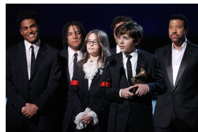 Ο Πρίνς και η Πάρις παραλαμβάνουν  το βραβείο εκ μέρους του πατέρα τους.