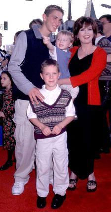 Ο Μάικλ σε ηλικία 7 ετών (μπροστά) μαζί με την μητέρα του και τα αδέλφια  του, Στίβεν (αριστερά) και Μπράντον το 1999.