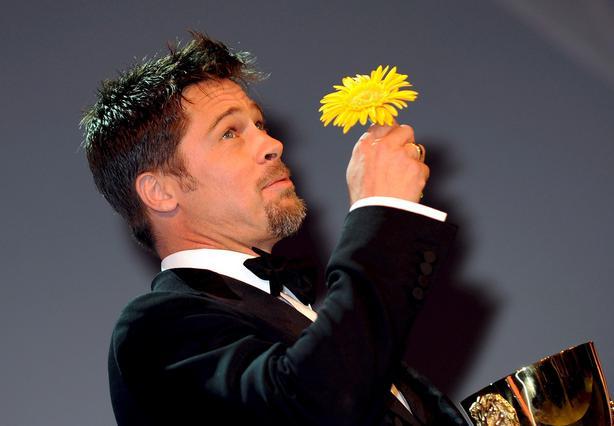 Ο Μπραντ Πιτ δέχεται ένα λουλούδι απ' τις θαυμάστριές του στο Φεστιβάλ Βενετίας, τον περασμένο Σεπτέμβριο.