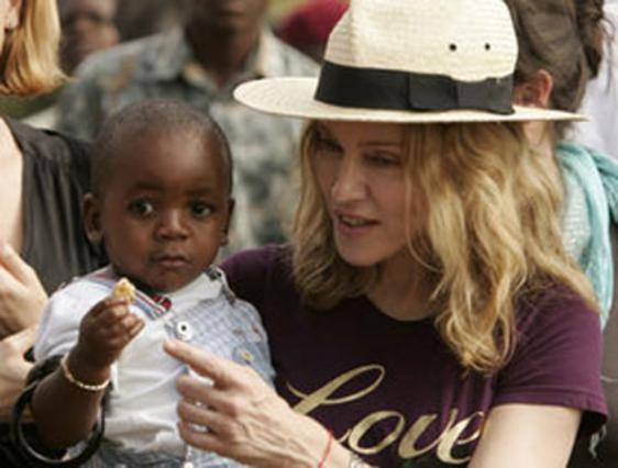 Η Μαντόνα παραλαμβάνει τον γιο της από το Μαλάουι, πριν από δύο χρόνια. Θα έχει την ευτυχία να ζήσει ξανά τέτοιες στιγμές;