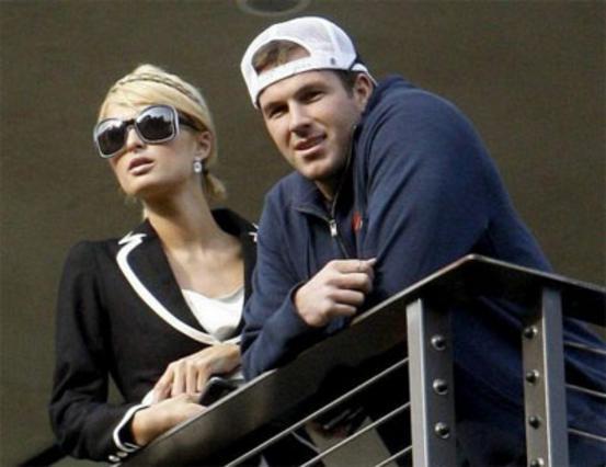 Η Πάρις και ο Νταγκ στο μπαλκόνι του σπιτιού που σκέφτονται να νοικιάσουν στο Λος Άντζελες.