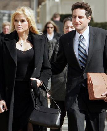 Ο Χάουαρντ Στερν υπήρξε εκτός από εραστής και δικηγόρος  της Αν Νικόλ Σμιθ.
