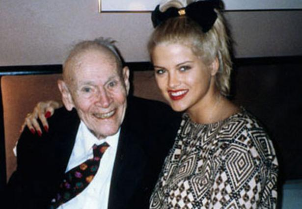 Το 1994 η Αν Νικόλ Σμιθ παντρεύτηκε τον 89χρονο Τζ. Χάουαρντ Μάρσαλ. Εκείνη ήταν 26 ετών.