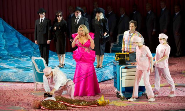Σκηνή από την όπερα όπου προφανώς  πεθαίνει ο υπέργηρος σύζυγος της πρωταγωνίστριας.