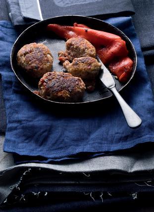 Μπιφτέκια με μοσχάρι, χοιρινό και λουκάνικο