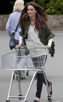 Ακόμη και στο σούπερ μάρκετ με στυλ -και το δαχτυλίδι, φυσικά- η Κάθριν, δούκισσα του Κέιμπριτζ. Γιατί όχι;