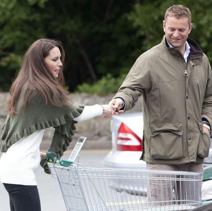 Παραδίδει τα κλειδιά στον φρουρό της η Κάθριν και τρέχει για τα ψώνια της.