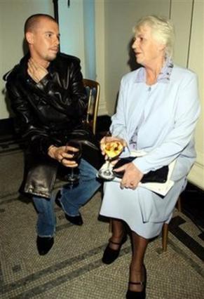 Ο σχεδιαστής με τη μητέρα του, Τζόις τον Οκτώβριο του 2001.