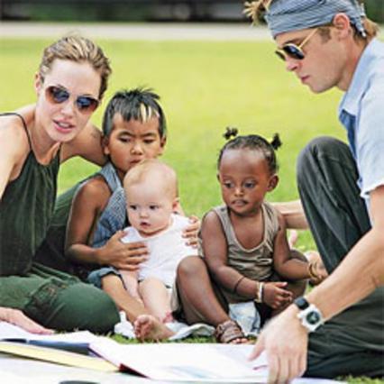 Οι Μπραντζελίνα, με τον Μάντοξ, τη Σιλό και τη Ζαχάρα, τον Νοέμβριο του 2006 στην Καμπότζη.