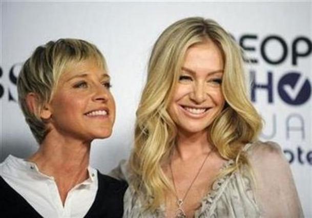 Η Έλεν Ντετζενέρις με την Πόρτια Ντε Ρόσι στην τελετή βράβευσης της πρώτης ως  καλύτερης τηλεπαρουσιάστριας  τον Ιανουάριο του 2009.