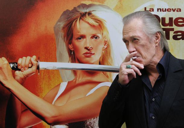 Ο Ντέιβιντ Κάρανταϊν μπροστά στην αφίσα του  Kill Bill 2 .