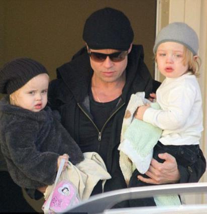 Ο Μπραντ πήρε αγκαλιά τη Βιβιέν  και τον Νοξ και πήγε να  συναντήσει την υπόλοιπη οικογένεια στην Ουγγαρία.