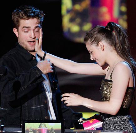 Ο Ρόμπερτ και η Κρίστεν αστειεύονται κατά τη διάρκεια της απονομής των  βραβείων MTV τον Ιούνιο του 2010.