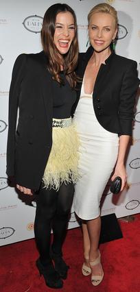 Η Λιβ Τάιλερ, στενή φίλη της  Σαρλίζ Θερόν, βρέθηκε στη  φιλανθρωπική εκδήλωσή της  για να τη στηρίξει.