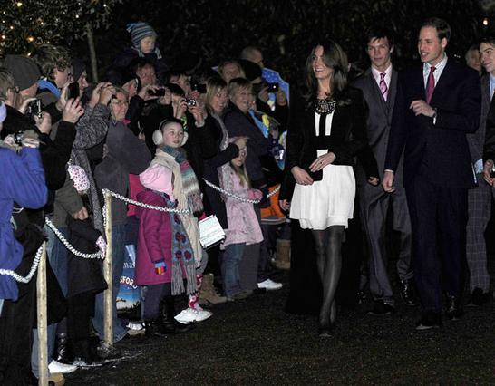 Πλήθος κόσμου χειροκροτούσε και  ζητωκραύγαζε καθώς το πριγκιπικό ζεύγος έφτανε στον χώρο της  εκδήλωσης.