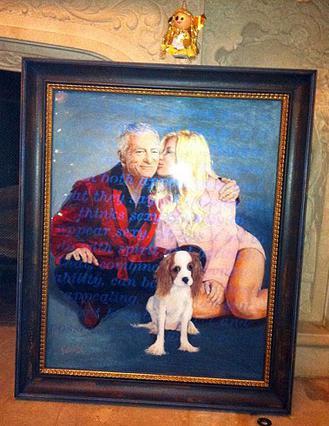 Αυτό το πορτρέτο του ζευγαριού  με το σκυλάκι τους, το οποίο  φιλοτέχνησε η playmate Βικτόρια  Φούλερ, ήταν το δώρο της Κρίσταλ στον αρραβωνιστικό της.
