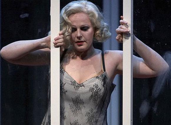 Η Ολλανδή σοπράνο Εύα-Μαρία  Γουέστμπροκ έχει αναλάβει το  δύσκολο έργο του να ενσαρκώσει  την Αν Νικόλ Σμιθ επί σκηνής.  Εδώ στον τελευταίο της ρόλο  ως Λαίδη Μακβέθ.