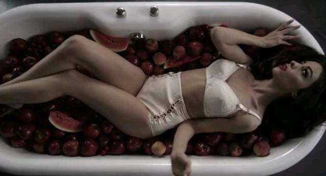 Φουρέιρα: Γιατί χαϊδεύεται μόνη στη μπανιέρα;