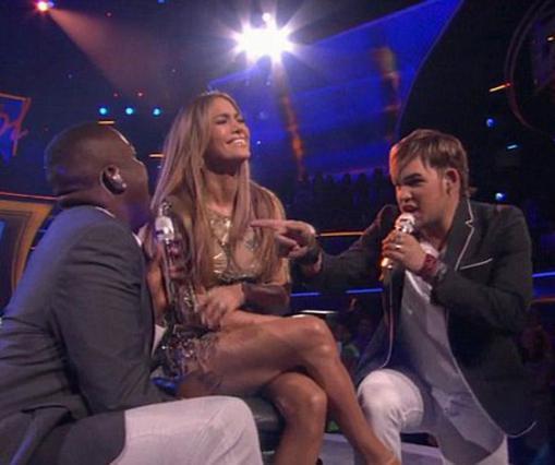Δεν την άντεξε την καντάδα-έκπληξη που της επιφύλαξαν οι δύο τραγουδιστές του American Idol η Τζένιφερ Λόπεζ και ξέσπασε σε γέλια από την αμηχανία.