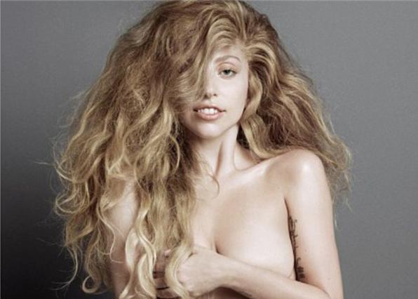 Ολόγυμνη και χωρίς μέικ απ ποζάρει η Lady Gaga