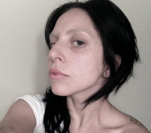 Κι όμως... αυτή η άβαφη μελαχρινή είναι η Gaga!