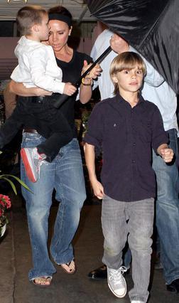 Η Βικτόρια με τους γιους της στην  πρόσφατη εμφάνιση της στο Ορλάντο.