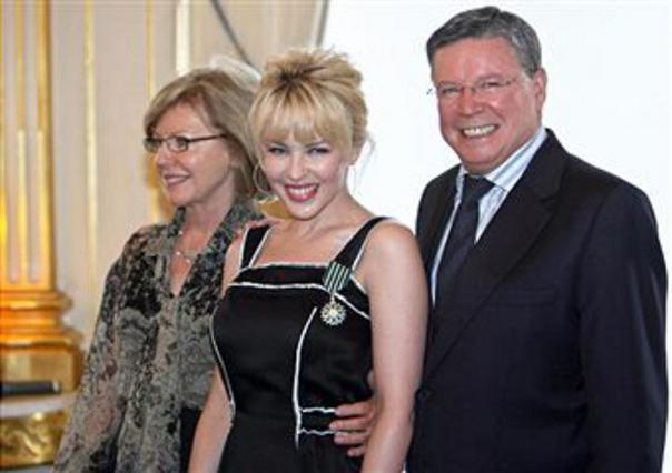 Η Κάιλι Μινόγκ με τους γονείς της μετά την ανακύρηξη της σε  Ιππότη των Γραμμάτων και των Τεχνών από τον γάλλο υπουργό Πολιτισμού, το 2008.