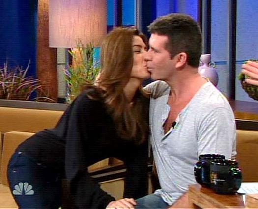 Με αυτό το αμήχανο και άνοστο φιλί, ο Σάιμον έδωσε και δημόσια  το στίγμα της σχέσης του.