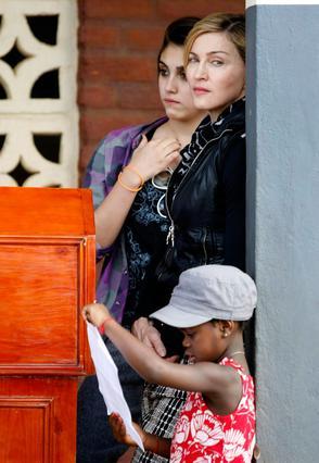 Είναι η πρώτη φορά, ύστερα  από έναν χρόνο που η Μαντόνα επισκέπτεται το Μαλάουι.