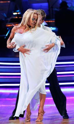 Η Πάμελα μαζί με τον χορευτικό της  παρτενέρ, Ντάμιαν Γουάιτγουντ χόρεψαν μια πολύ αισθησιακή  ρούμπα και εντυπωσιάσαν τα πλήθη.