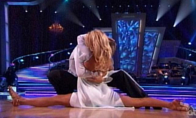 Το εντυπωσιακό σπαγκάτ που έκανε  στο τέλος της χορογραφίας  κατέπληξε κριτές και κοινό.