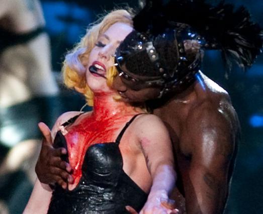 Χορευτής  τρώει  τη Gaga επί σκηνής. Τι άλλο θα δούμε;