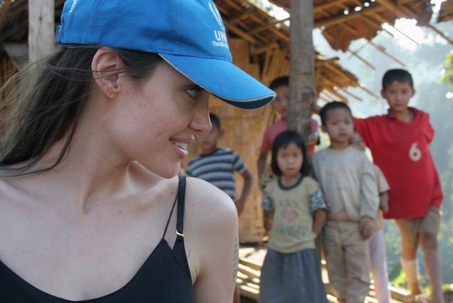 Η Αντζελίνα με το καπελάκι της UNCHR, στην πρόσφατη επίσκεψή της στα  στρατόπεδα προσφύγων της Ταϊλάνδης.