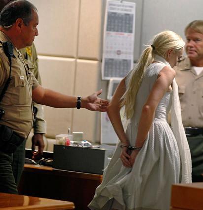 Με χειροπέδες έφυγε από το δικαστήριο χθες η Λίντσεϊ Λόχαν