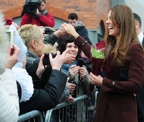 Πανευτυχής χαιρέτησε τον κόσμο που περίμενε να τη δει στη χθεσινή εκδήλωση η Κέιτ, αλλά κάπου ξεχάστηκε και την έκανε την γκάφα...